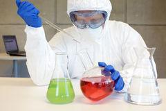 tecnico-uniforme-protettiva-che-funziona-con-i-prodotti-chimici-45302821