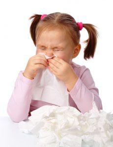 Bimba si soffia il naso, allergia alle muffe