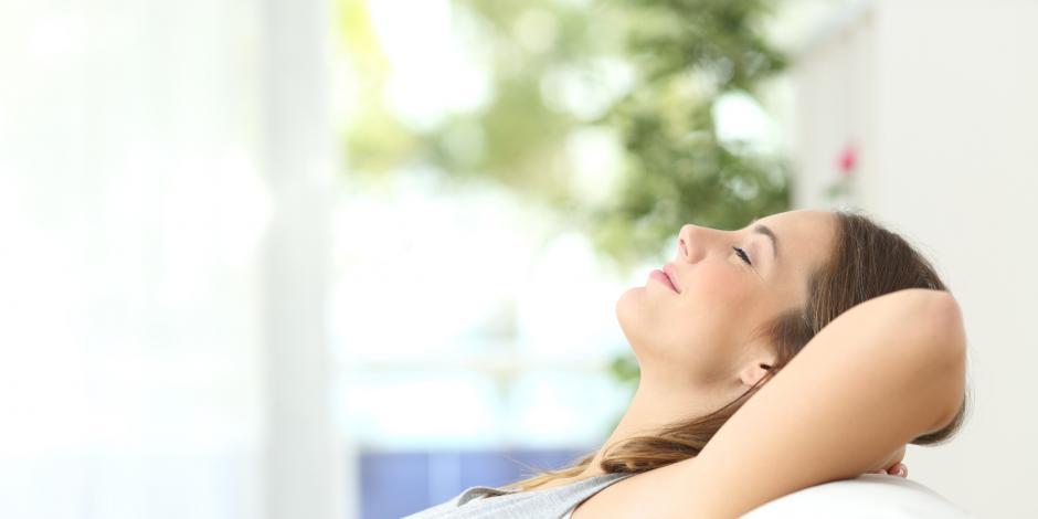 foto ragazza rilassata sul divano abitazione senza muffa